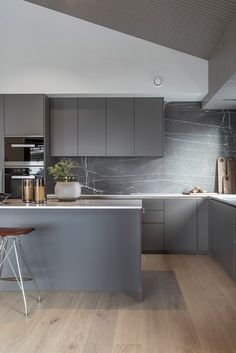 Grey kitchen ideas brings an excellent breakthrough idea in designing our kitchen. Grey kitchen color will make our kitchen look expensive and luxury. Modern Grey Kitchen, Grey Kitchen Designs, Kitchen Room Design, Grey Kitchens, Minimalist Kitchen, Modern Kitchen Design, Interior Design Kitchen, Kitchen Decor, Kitchen Ideas
