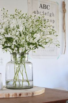 Baby's breath – Ik kocht afgelopen week een grote bos zeepkruid op de markt. Wil… Baby's breath – I bought a large bunch of soap herb on the market last week. Do you also want a beautifully filled vase on the table quickly, easily and cheaply? Home Decor Accessories, Decorative Accessories, Decorative Vases, Vases Decor, Centerpieces, Art Decor, Plantas Indoor, Rustic Wall Art, Deco Floral