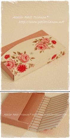 Pequena carteira ou porta lenços Diy Home Crafts, Diy Craft Projects, Cardboard Box Crafts, Paper Crafts, Scrapbooking, Scrapbook Albums, Wood Laser Ideas, Letter Folding, Beginner Knitting Patterns