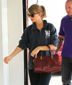 Taylor Swift - Taylor Swift Stops By A Gym For A Workout