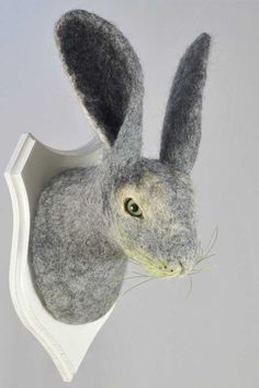 Hase aus grauem Filz, nur eines der vielen Tiere von Craftwerk. Sehr naturnah.