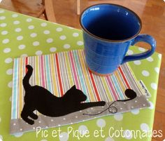 Cat mug rug More Mehr Table Runner And Placemats, Quilted Table Runners, Small Quilts, Mini Quilts, Mug Rug Patterns, Quilt Patterns, Cat Crafts, Sewing Crafts, Quilting Projects