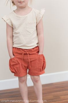 craftiness is not optional: KCWC: bubble pocket shorts and polka dot tee Oh these shorts r A-mazin! Sewing Projects For Kids, Sewing For Kids, Baby Sewing, Sewing Kids Clothes, Clothes Crafts, Kids Clothing, Pocket Shorts, Shorts With Pockets, Little Girl Fashion
