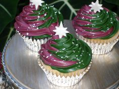 Pistachio cuppie with chocolate pistachio filling. maroon and green buttercream sprinkled with a little edible silver flakes and fondant accents Cute Christmas Ideas, Christmas Foods, Christmas Cakes, Christmas Treats, Christmas Baking, All Things Christmas, Holiday Ideas, Christmas Holidays, Merry Christmas