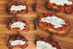 Crostini de Maionese de Manjericão e Tomatinhos Confitados