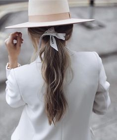 You might be heading into 2020 hoping that it is going to be your most stylish year yet – and we are here to help you achieve that. From holding onto old clothes that never Wet Look, Carolina Herrera, Girl Fashion, Fashion Outfits, Womens Fashion, Fashion Design, Spring Fashion, Versace, Alexander Mcqueen