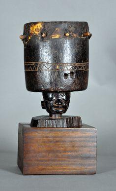 Membranófono Tipo: Tambor Topónimo: Tanzania Cultura: Makonde Materiales: Madera y piel Dimensiones: Alt. 26 cm; Diám. 17 cm Datación: Siglo XIX