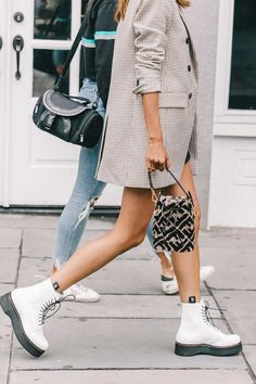 How To Create The Ultimate Capsule Wardrobe For Spring Discover Ten key pieces for fail-safe spring Rihanna Street Style, Nyc Street Style, Street Style Looks, Street Styles, Italian Street Style, European Street Style, Dr Martens Outfit, Dr Martens Style, Dr. Martens