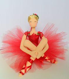boneca de pano decorativa,feita toda a mão,com fitas de cetim,cetim,tinta acrílica,rosas de cetim,boneca decorativa. Fabric Dolls, Paper Dolls, Diy And Crafts, Paper Crafts, Ballerina Doll, Ballet, Doll Crafts, Cute Dolls, Baby Patterns