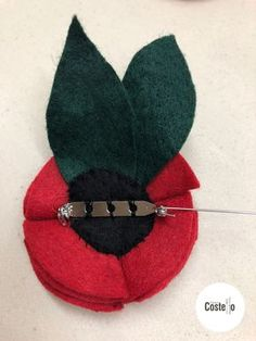Step-by-step tutorial to make Super Easy Felt Poppies. Can be used for on a wreath or as a Poppy Brooch. Fabric Brooch, Felt Brooch, Brooch Pin, Felt Flowers Patterns, Fabric Flowers, Diy Flowers, Felt Diy, Felt Crafts, Kids Crafts