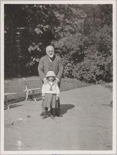 """Peterhof"": ""Papa e Tanichka"" (pai e sobrinha de Anna). Alexander Sergeyevich Taneyev e Tatiana ""Tanichka"" Pistohlkors."