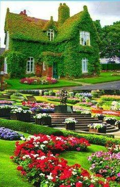 Extending the garden over the house! Most Beautiful Gardens, Beautiful Flowers Garden, Amazing Gardens, Beautiful Homes, Beautiful Places, Beautiful Landscape Wallpaper, Beautiful Landscapes, Garden Cottage, Home And Garden