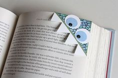 Bookmarks You Can Make in 5 Minutes or Less DIY paper monster bookmark and other super cute ideas to make bookmarks!DIY paper monster bookmark and other super cute ideas to make bookmarks! Cute Bookmarks, Corner Bookmarks, Handmade Bookmarks, Bookmark Craft, Fun Crafts, Crafts For Kids, Paper Crafts, Diy Paper, Marque Page