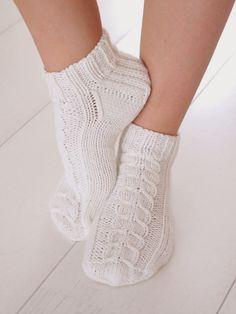 Life with Mari: Nilkkasukkia ja muutama sana käsityöläisten tutusta vaivasta. Slipper Socks, Slippers, Yarn Projects, High Socks, Tutu, Ravelry, Knitting, Outfits, Life