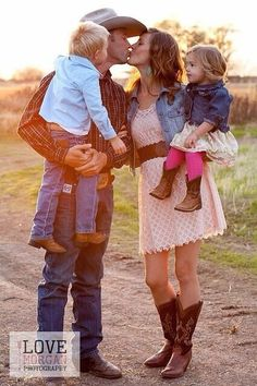 Cute family of four photography idea Country Family Photos, Family Pictures, Country Girls, Country Couples, Country Life, Country Style, Cute Family, Baby Family, Family Kids