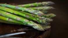Know how to cook asparagus and have a great time eating this nutritious vegetable. We have a great roundup of fun ways you can cook and eat asparagus! Asparagus Plant, How To Cook Asparagus, Asparagus Recipe, Cilantro, Healthy Eating Tips, Healthy Recipes, Diet Recipes, Healthy Snacks, Growing Blackberries