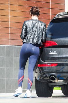 Emma Stone Gets a New Co-Star in Sarah Silverman: Photo Emma Stone shows off her super fit body in leggings while out fueling up her car on the Pacific Coast Highway on Saturday afternoon (March in Malibu, Calif. Lässigen Jeans, Sexy Jeans, Yoga Pants Girls, Girls Jeans, Female Poses, Nice Asses, Divas, Emma Stone Body, Emma Stone Style