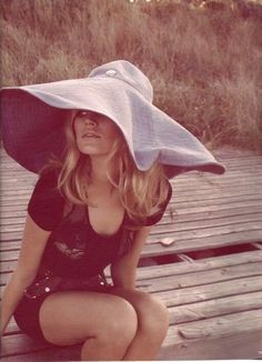 Brigitte Bardot under a big hat Brigitte Bardot, Bridget Bardot, Kate Moss, Mary Kate Olsen, Jane Birkin, Ashley Olsen, Chapeau Stetson, Toni Garrn, Love Hat