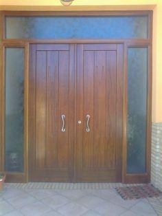 Colocación de puerta de calle de madera maciza y,,Barnizada y con cristales al ácido