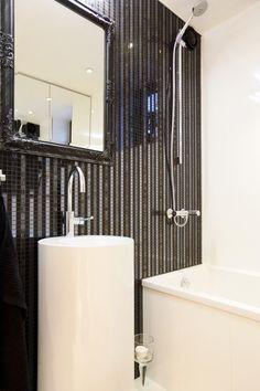 Kylpyhuoneen metallinhohtoinen mosaiikki-seinä ABL-Laatat #mosaiikki #tumma #valkoinen #abl #abllaatat #laatat #kylpyhuone #metallinhohto #metallinsävyt