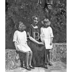 DE LA ESTANCIA DE LA REINA EN SEVILLA. S.M. DOÑA VICTORIA EUGENIA CON SUS AUGUSTAS HIJAS, LAS INFANTAS DOÑA BEATRIZ Y DOÑA CRISTINA, EN LOS JARDINES DE PALACIO: Descarga y compra fotografías históricas en   abcfoto.abc.es