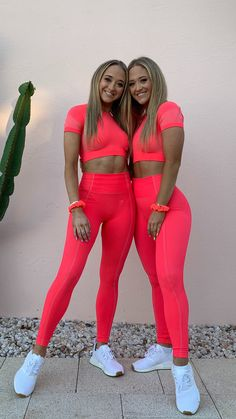 Twins, Sam and Teagan, style the Ultra Seamless Crop Top and Leggings in Neon Pink. We're seeing double, but we love it! We're seriously feelin' this collection. Crop Top And Leggings, Pink Leggings, Leggings Style, Twin Outfits, Girl Outfits, Summer Outfits, Cute Outfits, Style Fitness, Female Fitness