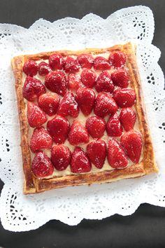 Tarta de hojaldre con fresas y crema pastelera Recipe For 4, International Recipes, Fun Desserts, Tapas, Waffles, Nom Nom, Buffet, Deserts, Good Food