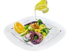 Caracatita pe gratar cu mix de salata verde. Detalii la http://www.casavanatoreasca.ro/meniu/