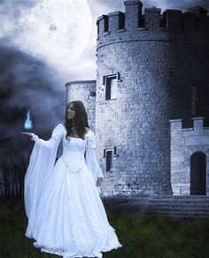 Aisle Paint For You: Romantic, Medieval Wedding Gowns  http://aislepaintforyou.blogspot.com/2010/09/romantic-medieval-wedding-gowns.html#