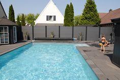 Licht grijze composiet kunststof schutting aan het zwembad!
