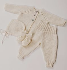 Nøsteblogg - Nøstebarns blogg Crochet Bebe, Crochet For Boys, Knitting For Kids, Baby Booties Knitting Pattern, Baby Knitting Patterns, Newborn Outfits, Baby Outfits, Kids Outfits, Knitted Baby Clothes