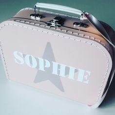 koffertje Sophie #kraamkado #kraamkcadeau #kinderkoffertje #kinderkoffertjes #kadometnaam #koffertjemetnaam van www.bepenco.com