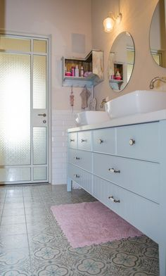 הוא ממוקם במושב ליד מטע זיתים, אבל נושק לעיר הגדולה. הוא כפרי, אבל גם קצת אמריקאי. הוא משפחתי, אבל שומר על פרטיות. בואו לסיור מעוצב Shower Niche, Shower Units, Bathroom Layout, Bathroom Cabinets, Door Design, House Design, Contemporary Shower, Toilet Room, Bathroom Toilets