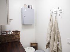 Vanha kunnostettu lääkekaappi kodinhoitohuoneessa Cozy House, Bathroom Hooks, Vanity, Home, Dressing Tables, Powder Room, Cosy House, Vanity Set, Ad Home