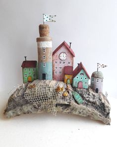 houses made of driftwood Driftwood Projects, Driftwood Art, Beach Crafts, Diy And Crafts, Small Wooden House, Pottery Houses, Wood Creations, Miniature Houses, Wooden Crafts