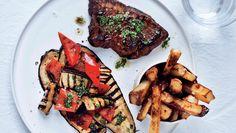 En god bøf må der til også selv om det er onsdag. Her får du opskriften på steak med pomfritter og grillet aubergine
