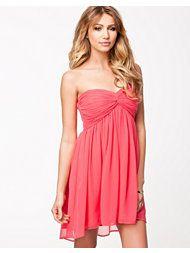 Calypso coral Dreamy NLY Trend festkjoler til kvinder - ModeJagten. New Outfits, Strapless Dress, Party Dress, Coral, Formal Dresses, My Style, Inspiration, Clothes, Tops