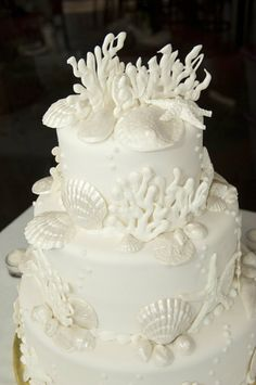 De mooiste witte bruidstaarten!