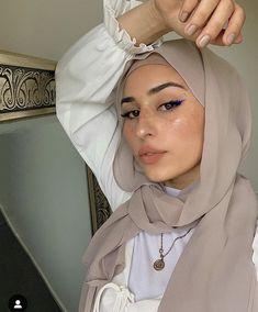 Modest Fashion Hijab, Modern Hijab Fashion, Muslim Fashion, Hijab Style Tutorial, Hijab Collection, Head Scarf Styles, Hijab Fashionista, Edgy Makeup, Hijabi Girl