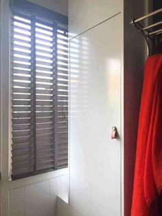 Houten jaloezie in gang Inspireren, Blinds, Dressing, Curtains, Blog, Home Decor, Decoration Home, Room Decor, Shades Blinds