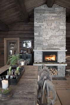 Foto Annette & Christian http://www.hyttehafjell.com. Cool grey stone against warm wood walls