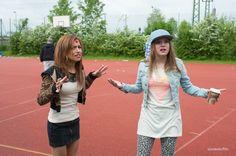 Zeynep (Gizem Emre) und Chantal (Jella Haase) sind etwas irritiert über Herrn Müllers pädagogische Maßnahmen.