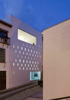 La arquitecta Elisa Valero Ramos levantó su casa-estudio en el barrio del Realejo de Granada sumando espacios de trabajo y vivienda en un solar angosto de 3,6 metros de fondo por 10 de fachada.