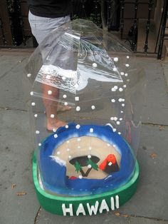 Instructions on how to make a snow globe costume. The completed snow globe Unique Costumes, Creative Halloween Costumes, Halloween Themes, Costume Ideas, Homemade Halloween, Halloween Boo, Halloween 2018, Christmas Globes, Snow Globes