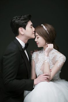 Pre Wedding Poses, Wedding Picture Poses, Wedding Couple Poses, Couple Picture Poses, Pre Wedding Photoshoot, Wedding Couples, Studio Photography Poses, Korean Wedding Photography, Korean Photo