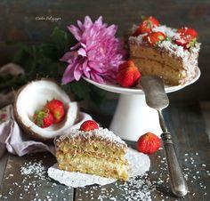 """Утро субботы мне все время хочется встретить как-нибудь по особому радостно, поэтому с вечера пятницы меня в холодильнике ждет диетический кокосовый торт """"Баунти"""". Очень вкусный, нежный и сочный торт."""