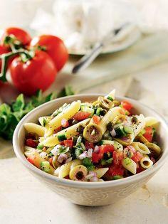Πέννες με χωριάτικη σαλάτα - www.olivemagazine.gr Salad Bar, Pasta Salad, Spaghetti, Food Porn, Cooking Recipes, Sweets, Ethnic Recipes, Drinks, Salads