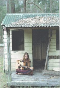 Musica nella Natura - Chitarra / Music in Nature - Guitar An old tin roof in the rain.