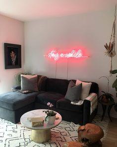 Teen Apartment, Neon Home Decor, Neon Rouge, Neon Bleu, Deco Led, Deco Originale, Decoration Originale, Sofa, Couch