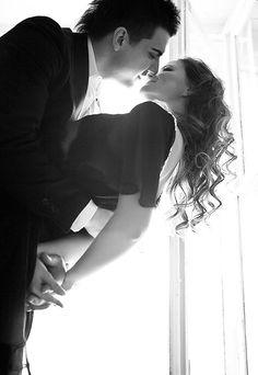 Contra luz com casal abraçado e mulher inclinada para trás. Ângulo inferior com corte nos troncos. #casal #bw #contraluz